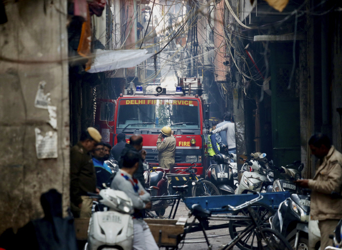 인도 뉴델리에서 무허가 공장 화재로 43명 사망
